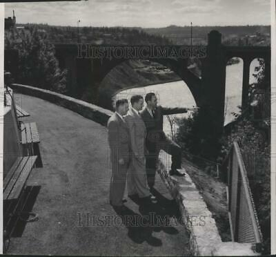 1951 Press Photo WWP officers view the Spokane Falls from vista point