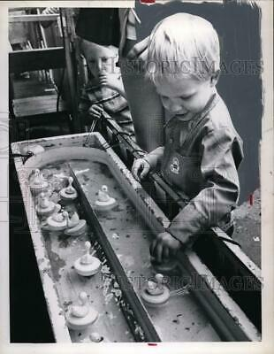 1972 Press Photo Tommy Carter 3yrs old plays go fish at carnival