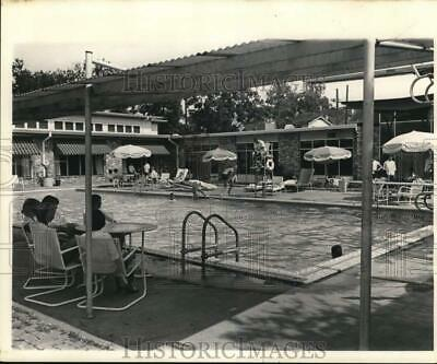 1962 Press Photo Pool area at 1900 Valence, a favorite spot of youngsters