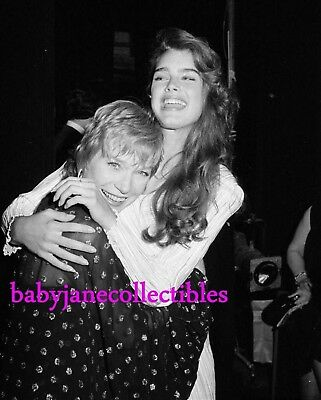 SHIRLEY MacLAINE fun candid photo with BROOKE SHIELDS 111