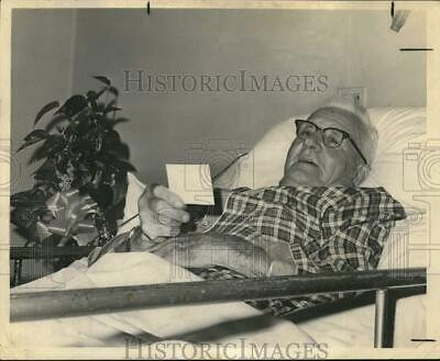 1966 Press Photo Reverend M. M. Snyder in his room at Southern Baptist Hospital.