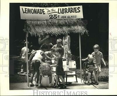 1986 Press Photo Kids Sell Lemonade To Benefit Public Libraries, New Orleans