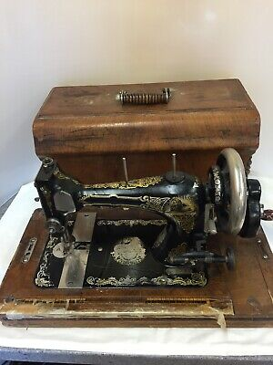 Vintage Singer Sewing Machine with Wooden Carry Case-No Key (D7)