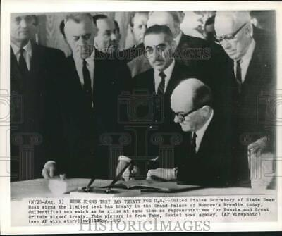 1963 Press Photo Dean Rusk of U.S. signs nuclear test ban treaty in Moscow