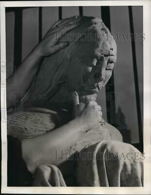 1940 Media Photo Mme. Silvercruys shaping a statue of the Madonna