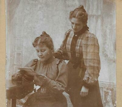 Cabinet Card Photo Cab67 2 Women Posing While Reading A Letter