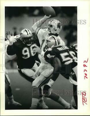 1990 Press Photo Football players Michael Simmons and Pat Swilling on the field.