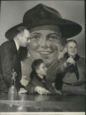 1949 Press Photo Chairman Harold Anderson gives pointers to the Boy Scouts