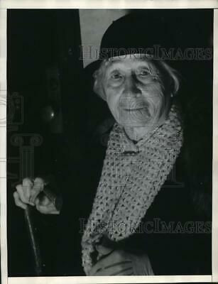1939 Press Photo An old woman, Mrs. Dyson won divorce case from James Dyson