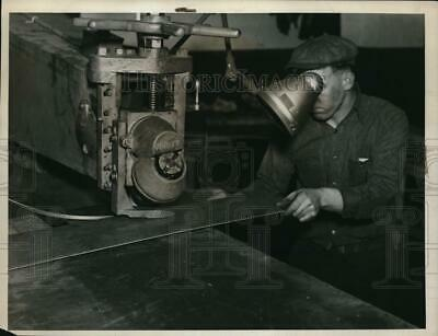 1937 Press Photo The rotary sheer cuts curved pieces of aluminum alloy