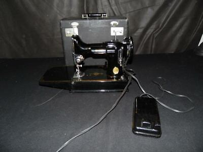 Vintage SINGER Featherweight Model 221 SEWING MACHINE Working with Case