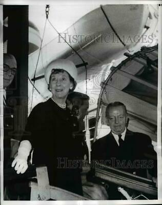 1969 Press Photo Mrs.Dwight Eisenhower boars the Liner United States - nee98494