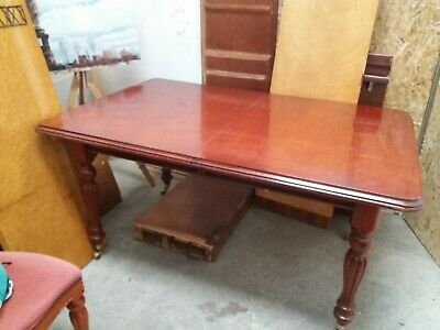 Victorian styled Mahogany Dining Table and 6 Chairs.