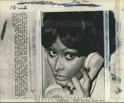 1969 Press Photo Sophia Loren telephones son Carlo Ponti Jr. from Rome airport