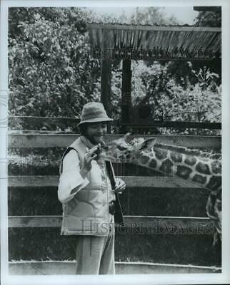 1980 Press Photo Simon Ward shares a tender moment with Daisy, an baby giraffe
