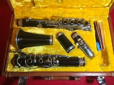 Used  Student Band Clarinet W/case. Very Good Condition.
