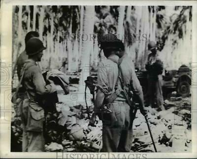 1942 Press Photo US Marines Look Over Equipment Captured From Japanese