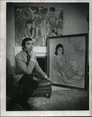 1968 Press Photo Artist Richard Banks w/ paintings for the Symphony ball