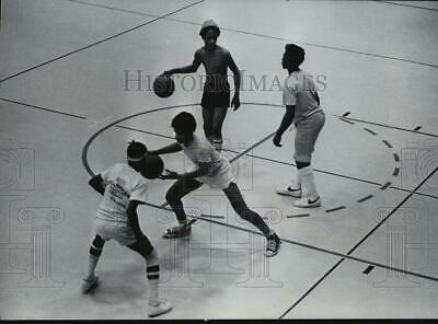 1977 Press Photo Youths at Martin Luther King Community Center played basketball