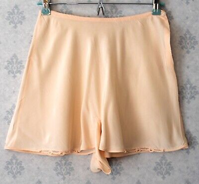 Vintage 1940s Pale Peach Buttoned Tap Pants or Shorts