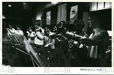 1987 Press Photo Members of the Fairchild AFB Bell Choir perform Christmas Carol