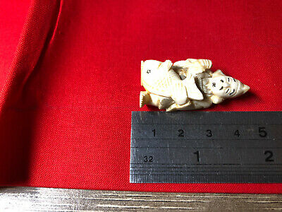 old Japanese NETSUKE CARVED MAN WITH A FISH 4 CM - MATERIAL UNKNOWN