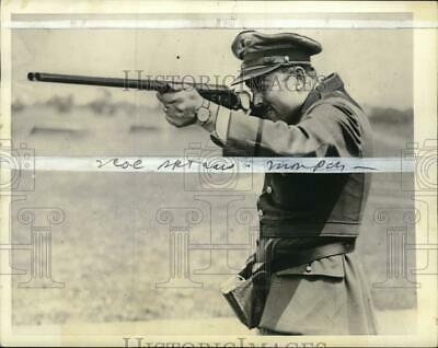 1934 Press Photo Colonel Roscoe Turner practices at skeet shooting grounds, Ohio