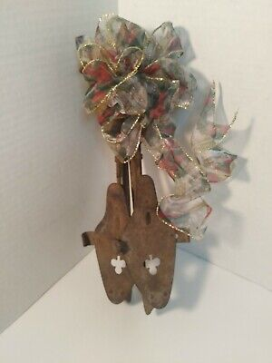 PAIR Old Rusty Metal ICE SKATES Charming Clover Design Holiday Door Mantle Decor