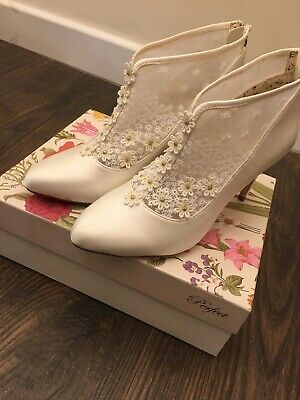 Ivory Heeded Daisy Boots Size UK 6