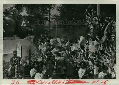 1985 Press Photo hands raise up to catch the throws from the Carrollton Parade