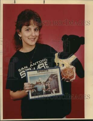 1988 Press Photo San Antonio Spurs Basketball Fan Lisa Tudzin Displays Souvenirs