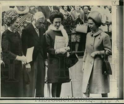 QUEEN ELIZABETH II GREETS VISITORS AT GODDARD SPACE CENTER 8X10 PHOTO EP-610