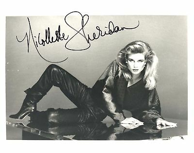NICOLLETTE SHERIDAN AUTOGRAPHED SIGNED 8X10 PHOTO LAYING - DARK OUTFIT