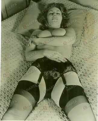 1955 ca EROTICA VINTAGE Naked woman laying down with black garter *FOTOGRAFIA