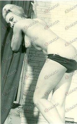 1965 ca EROTICA VINTAGE Naked woman leaning on the window  *FOTO