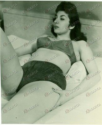 1960 ca EROTICA VINTAGE Mature woman lying down in lingerie *FOTO