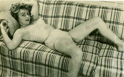 1950 ca EROTICA VINTAGE Young woman lying down in white lingerie *FOTO