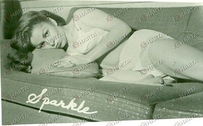 1955 ca EROTICA VINTAGE Young woman on sparkling sofa with white lingerie *FOTO
