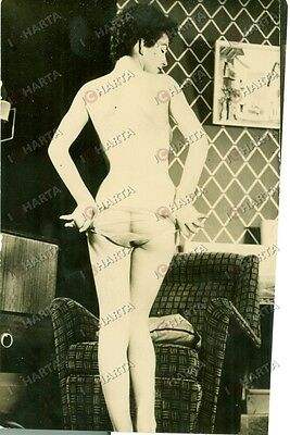 1965 ca EROTICA VINTAGE Young girl stripping in the house *FOTO
