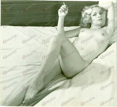 1965 ca EROTICA VINTAGE Young girl smoking naked on the bed *FOTO