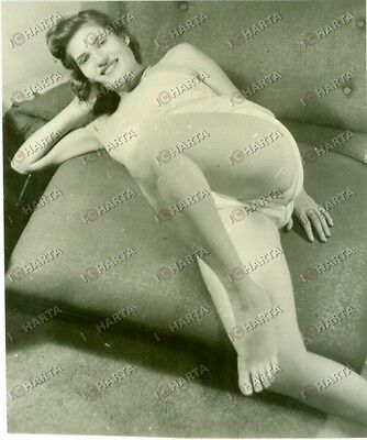 1965 ca EROTICA VINTAGE Girl in white lingerie rolling on the sofa *FOTO