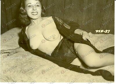 1955 ca EROTICA VINTAGE Naked sexy PIN-UP wearing dressing gown *VERA FOTOGRAFIA
