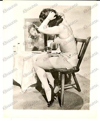 1965 ca USA - EROTICA VINTAGE Sexy woman looking at herself in the mirror *PHOTO