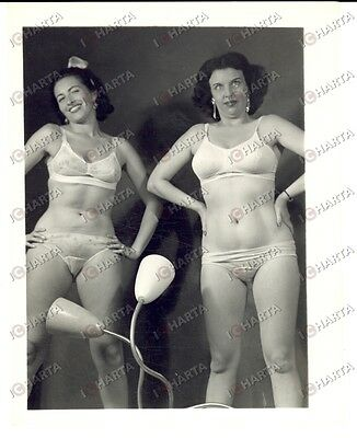 1965 ca USA - EROTICA VINTAGE Mature women in lingerie with a lamp *PHOTO