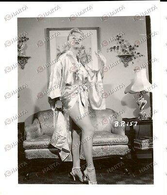 1965 ca USA - EROTICA VINTAGE Sexy housewife wearing a silk robe *PHOTO