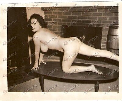 1965 ca USA - EROTICA VINTAGE Naked girl dancing on the table *PHOTO