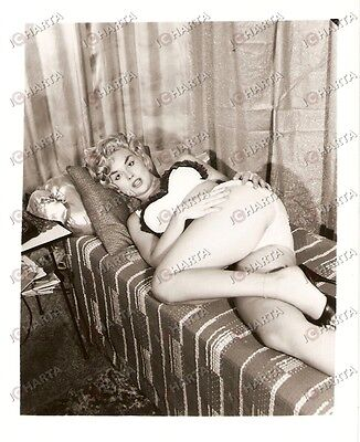 1965 ca USA - EROTICA VINTAGE Blonde pin-up showing her legs on bed *PHOTO