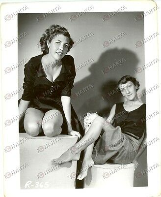 1965 ca USA - EROTICA VINTAGE Two smart women posing barefoot *PHOTO