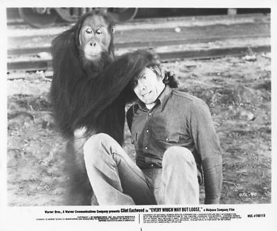 EVERY WHICH WAY BUT LOOSE photo CLINT EASTWOOD/ORANGUTAN original movie still