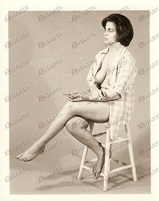 1965 ca USA - EROTICA VINTAGE Naked woman on a stool holding an ashtray *PHOTO